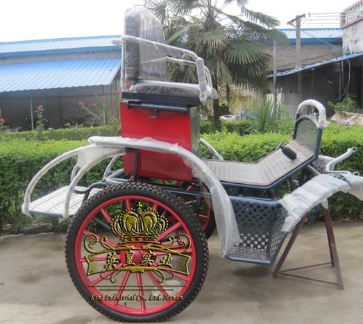 配置: 1、结构:采用优质钢板、钢管、方钢、全金属焊接结构。 2、表面处理:汽车金属漆,烤漆工艺。 3、座位:座位1-2人。座位采用活动调节式皮制沙发。 4、刹车:脚踏式液压刹车。 5、减震:采用汽车弹簧钢板。 6、轮轴:轴承式轮毂、轮轴。 7、车轮:采用钢管和钢板制作。 8、轮胎:充气式橡胶轮胎。